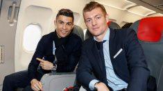 Cristiano Ronaldo y Toni Kroos, en el avión rumbo a París. (realmadrid.com)