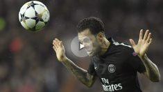 Dani Alves cabecea en el Real Madrid-PSG. (AFP)