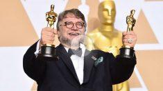 el mexicano Guilermo del Toro muestra orgulloso sus dos Oscar a mejor película y mejor dirección por 'La forma del agua'. Foto: AFP
