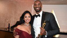 Kobe Bryant y su mujer, con el Oscar al Mejor Corto de Animación. (Getty)