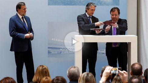 El presidente del Gobierno, Mariano Rajoy, el ministro de Fomento, Íñigo de la Serna y el presidente de Extremadura, Guillermo Fernández Vara. (EFE)
