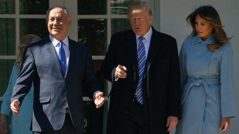 Benjamin Netanyahu, Donald Trump y Melania Trump (Foto: AFP)