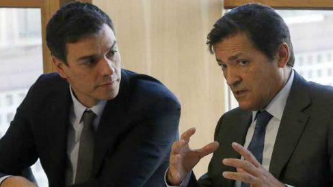 Pedro Sánchez, con el presidente de Asturias, Javier Fernández.