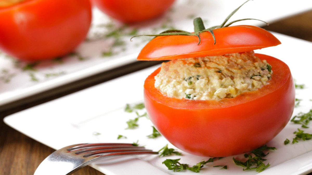 Receta de tomates rellenos de espinacas y queso una delicia saludable.