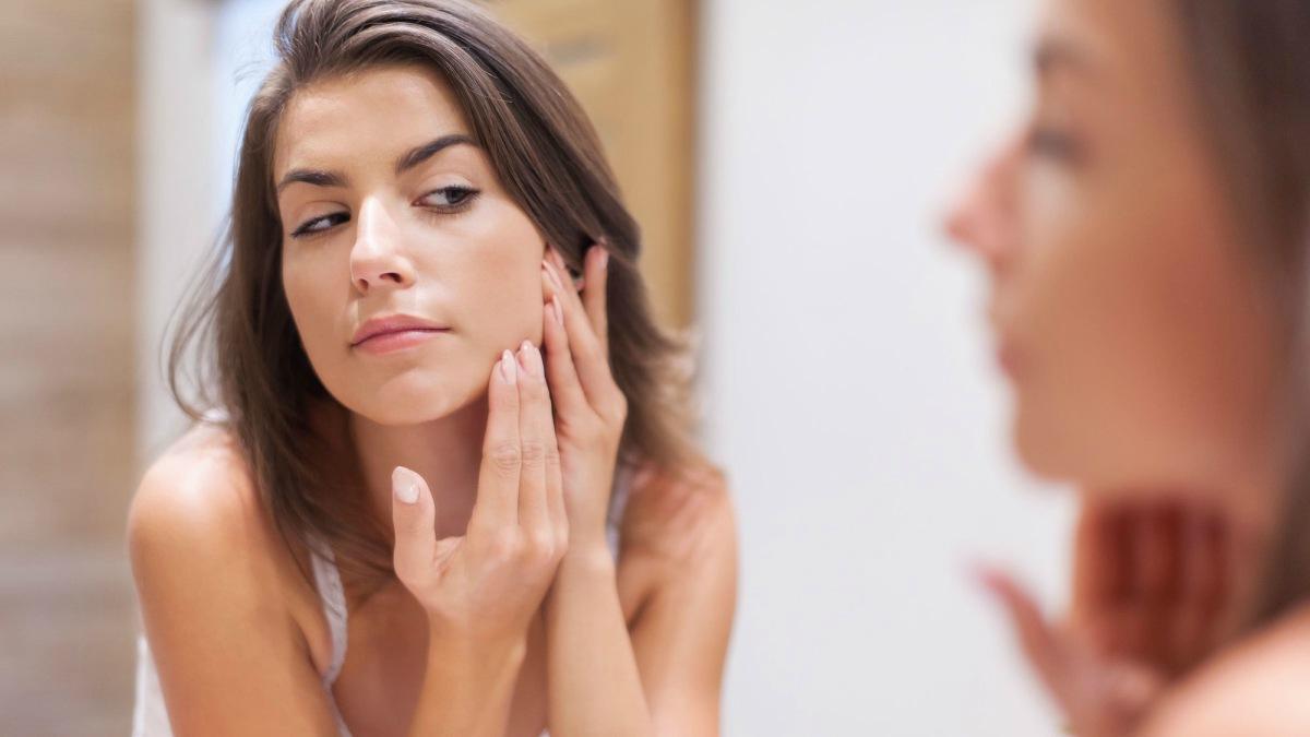 Descubre qué es y cómo combatir el acné hormonal.