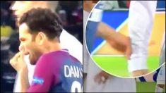 Dani Alves pega un moco a Cristiano en la camiseta.