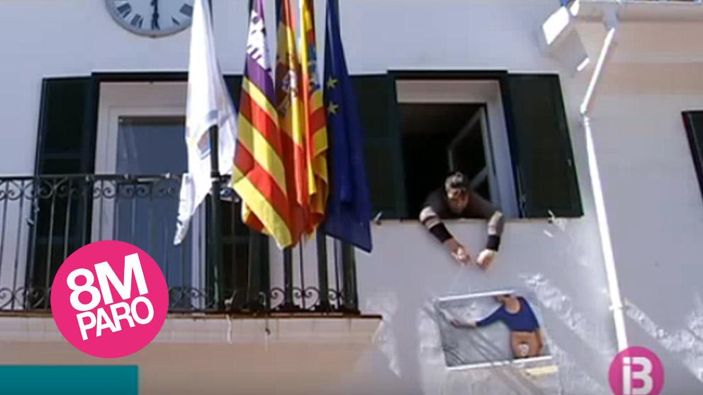Ayuntamiento de Sant Lluís con el polémico cartel (IB3)