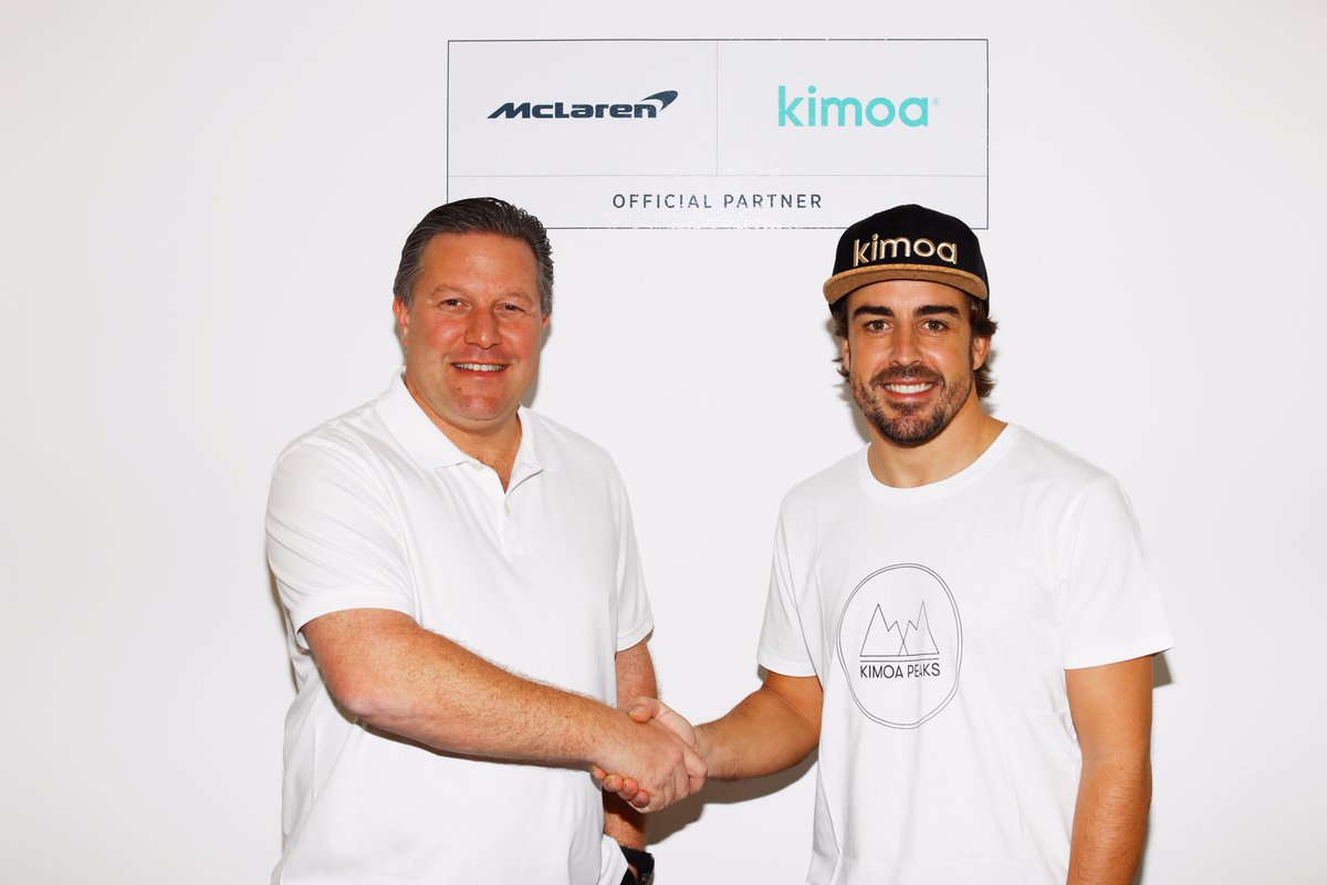 Alonso y Zak Brown tras sellar el acuerdo de patrocinio de Kimoa con McLaren.