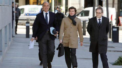 El expresidente de la Generalitat valenciana Francisco Camps (i), a su llegada para comparecer como testigo en el juicio de Gürtel, tras ser acusado por su compañero de partido el procesado Ricardo Costa. Foto: EFE