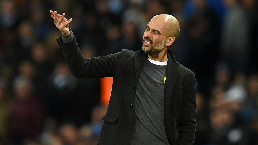 Guardiola, con el lazo amarillo en el partido frente al Basilea. (AFP)