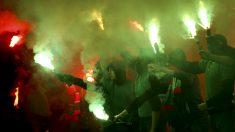 Ultras del Lokomotiv en un partido de la liga rusa. (Getty)
