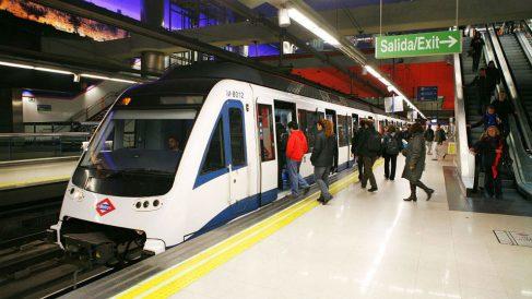 Varios pasajeros entran a un vagón del Metro de Madrid.