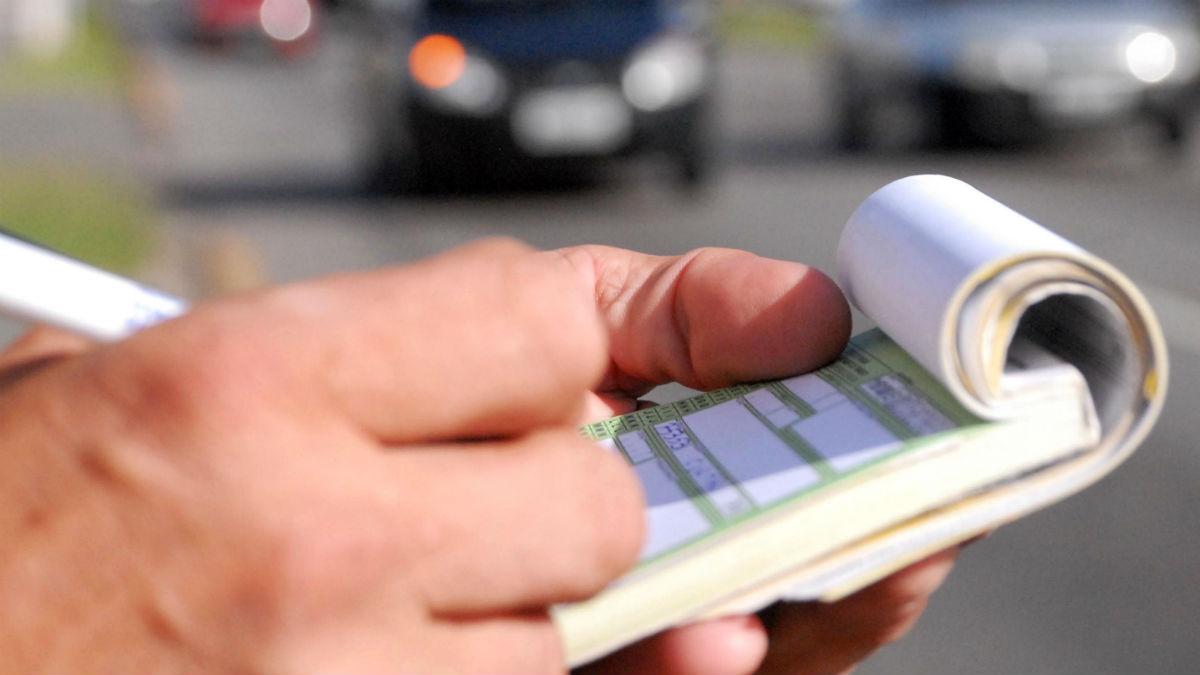 Repasamos una serie de multas de tráfico que nos pueden poner las autoridades que seguramente desconocías y que no hace falta que vayas conduciendo para que te las pongan.