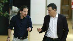 Pablo Iglesias y Pedro Sánchez, en los pasillos del Congreso. (Foto: EFE)