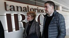 Arnaldo Otegi y la parlamentaria de EH Bildu en Navarra Miren Aranoa, en el tanatorio del etarra Xabi Rey, en Pamplona. (EFE)