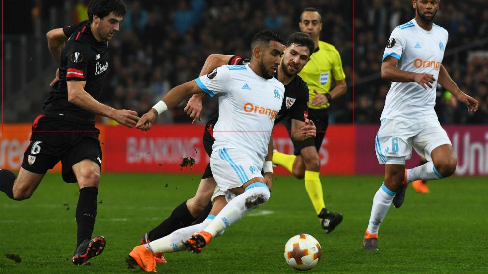 Yeray disputa un balón con Payet. (AFP)