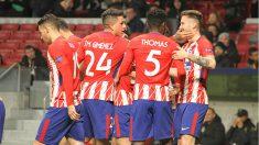 Los jugadores del Atlético celebran el gol de Saúl. (Foto: Enrique Falcón)