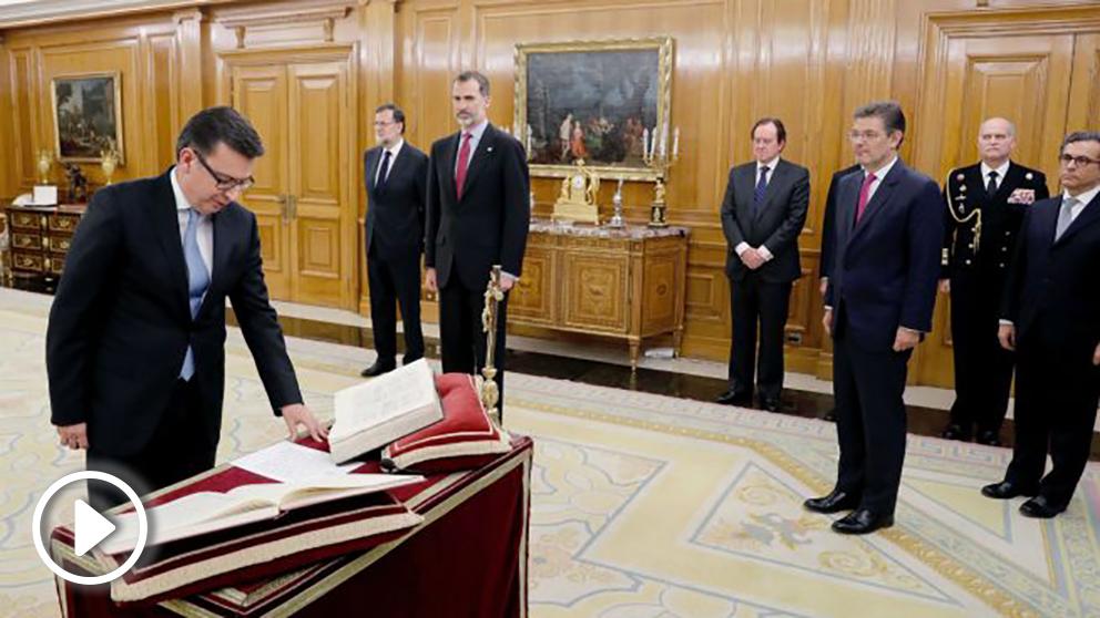 El nuevo ministro de Economía, Industria y Competitividad, Román Escolano (i), jura esta tarde su cargo ante el Rey Felipe VI (3i) en el Palacio de la Zarzuela de Madrid, en presencia del presidente del Gobierno, Mariano Rajoy (2i). (Foto: EFE/ Ángel Díaz)