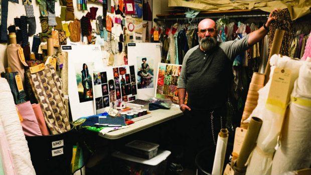 Paco Delgado en su taller diseñando el vestuario para 'Un pliegue en el tiempo'