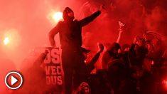 Los ultras del PSG, con bengalas en el partido ante el Madrid. (vídeo: OKDIARIO)