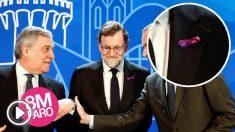 El presidente del Gobierno, Mariano Rajoy, luciendo el lazo conmemorativo del Día Internacional de la Mujer. (Foto: EFE)