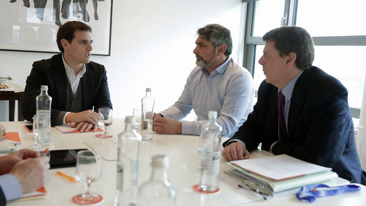 Albert Rivera, con Juan Carlos Quer (dcha.) y Juan José Cortés. (EFE)