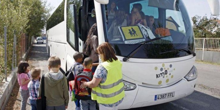 Niños subiendo al autobús escolar.