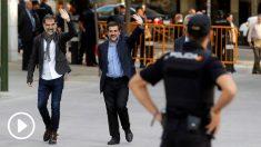 Jordi Cuixart y Jordi Sánchez, presidentes de Òmnium y la ANC, a su llegada a la Audiencia Nacional. (Foto: EFE)