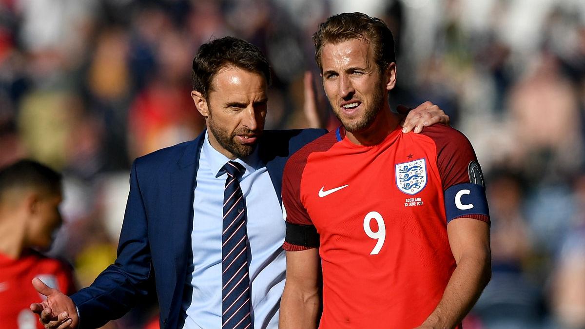 Harry Kane junto a Gareth Southgate, en el único partido de Inglaterra en el que el delantero lució el brazalete de capitán, ante Escocia (Getty).