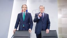 Iñigo de la Serna, Ministro de Fomento, e Iñigo Menendez de Vigo, Ministro de Cultura, en el consejo de Ministros. (Foto: Francisco Toledo)
