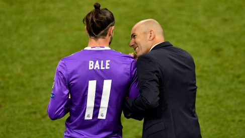Zidane charla con Bale durante la final de Cardiff. (Getty)