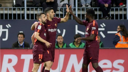 Luis Suárez celebra con sus compañeros uno de los goles en Málaga. (EFE)