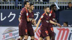 Los jugadores del Barcelona celebran el gol de Luis Suárez en La Rosaleda. (AFP)
