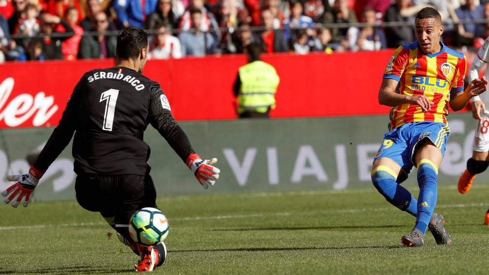 Rodrigo bate a Sergio Rico para poner el 0-1. (EFE)