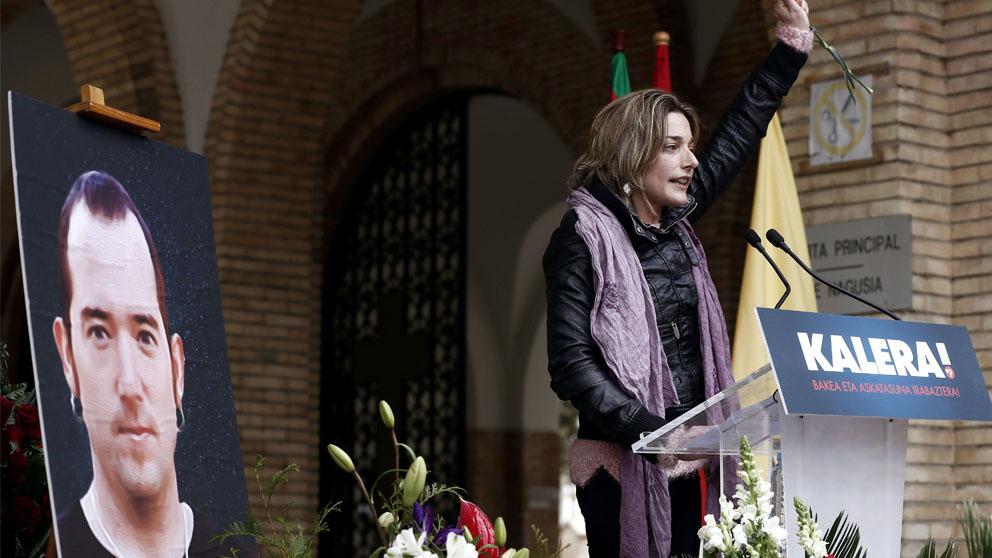 La dirigente de Sortu Miren Zabaleta tras su intervención durante el homenaje que familiares y amigos de Xabier Rey, preso de ETA fallecido en la cárcel gaditana de Puerto III, posiblemente por suicidio, le han rendido hoy en el cementerio de Pamplona donde ha sido incinerado.