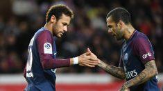Alves y Neymar chocan en un partido. (AFP)