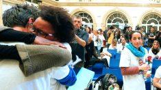 Ana Julia Quezada abraza a Ángel, el padre de Gabriel, ante la mirada de la madre, Patricia. (Foto: EFE)