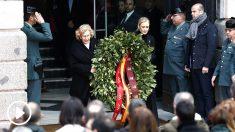 Cifuentes y Carmena colocan una corona en recuerdo a las víctimas (Foto: Efe).