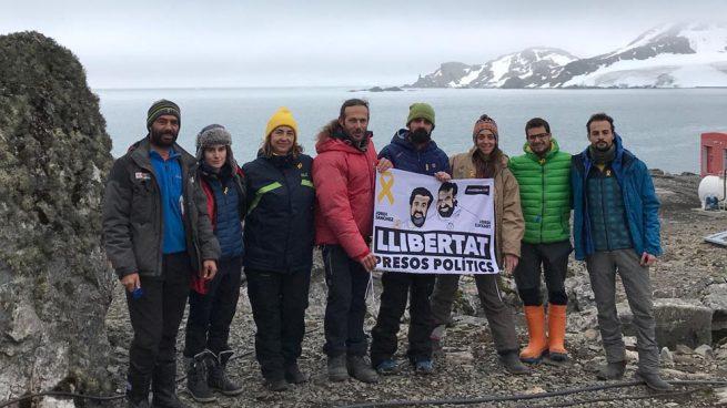 Piden una sanción para una bióloga de la Base Antártica Española por lucir esteladas y lazos golpistas