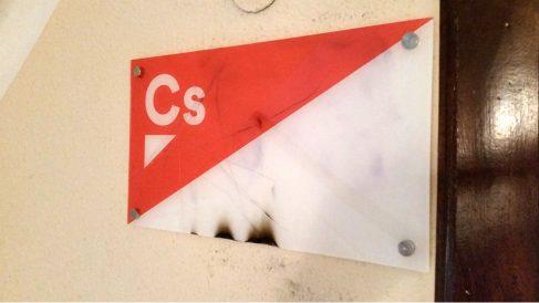 El cartel de la sede de Ciudadanos en Logroño, tras el ataque de los vándalos.