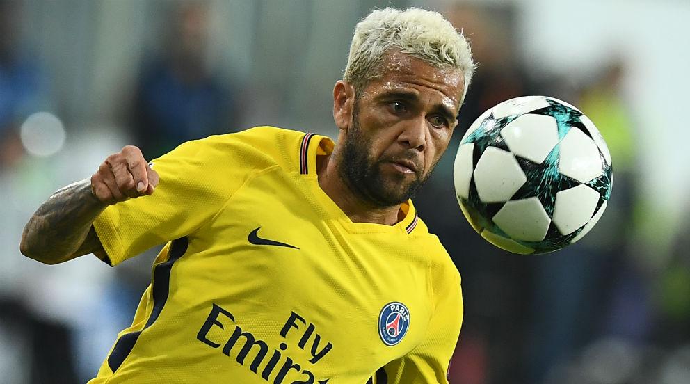 Dani Alves, durante un encuentro con el PSG en la Champions League. (AFP)