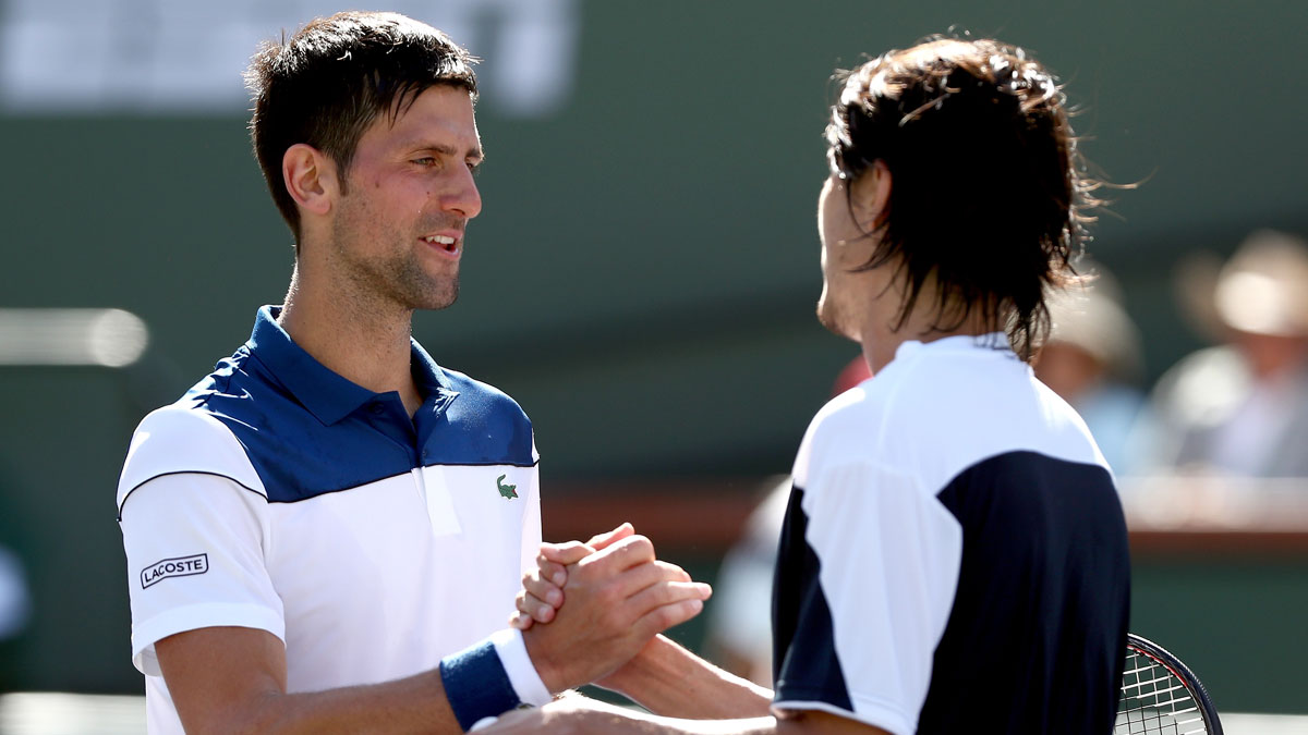 Djokovic-saluda-a-Taro-Daniel-tras-caer-en-su-debut-en-Indian-Wells–en-tres-sets-(AFP)