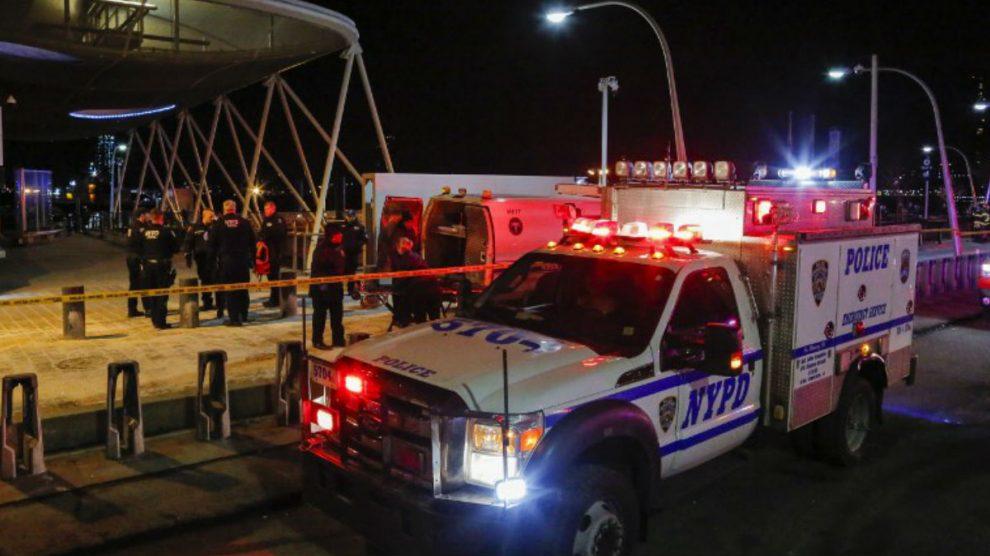 La Policía de Nueva York y los equipos de rescate atienden el lugar donde se ha estrellado un helicoptero en el East River de Nueva York. Foto: AFP