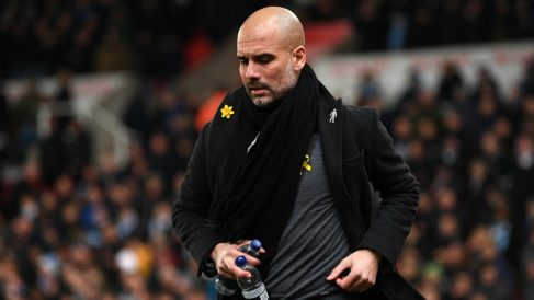 Guardiola, con el lazo amarillo en Stoke-on-Trent. (Getty)