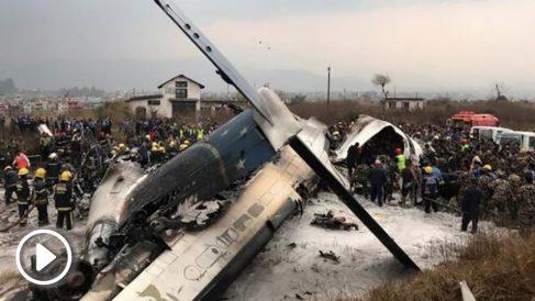 Imagen del lugar donde se ha estrellado el avión cuando aterrizaba en el aeropuerto de KAtmandú (Nepal). Foto: AFP