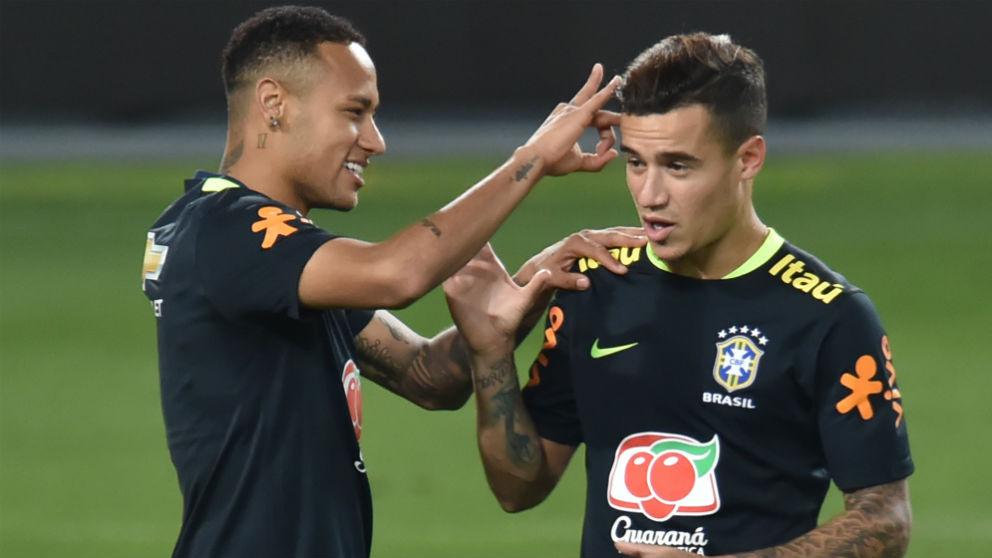 Neymar y Coutinho, durante un entrenamiento con la selección brasileña. (AFP)