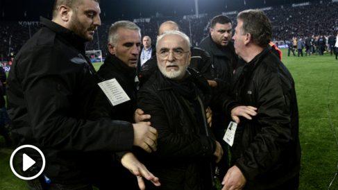 Savvidis, presidente del PAOK, saltó al campo armado. (vídeo: OKDIARIO)