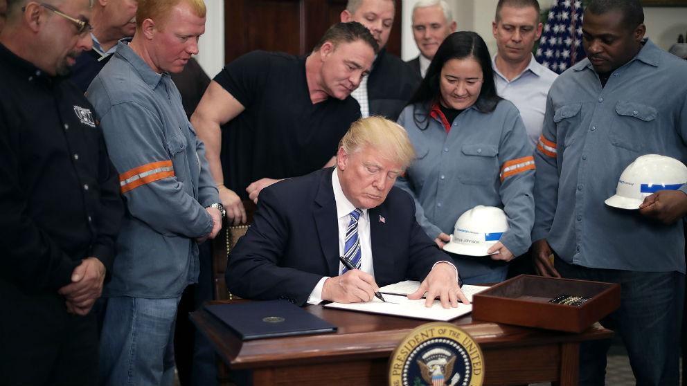 El presidente de EEUU, Donald Trump, junto a trabajadores del acero (Foto: GETTY).