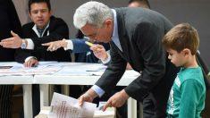 El ex Presidente Álvaro Uribe deposita su voto Colombia. Foto: AFP