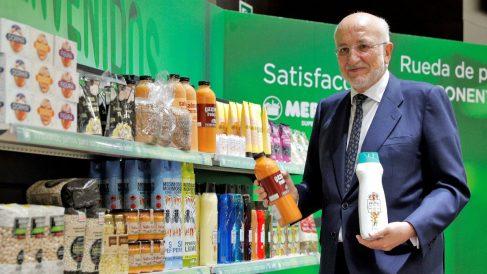El presidente de Mercadona, Juan Roig, muestra algunos de los nuevos productos tras la rueda de prensa en la que ha presentado los datos económicos de la compañía correspondientes al ejercicio de 2017 y las previsiones para 2018. (Foto: EFE/Manuel Bruque)